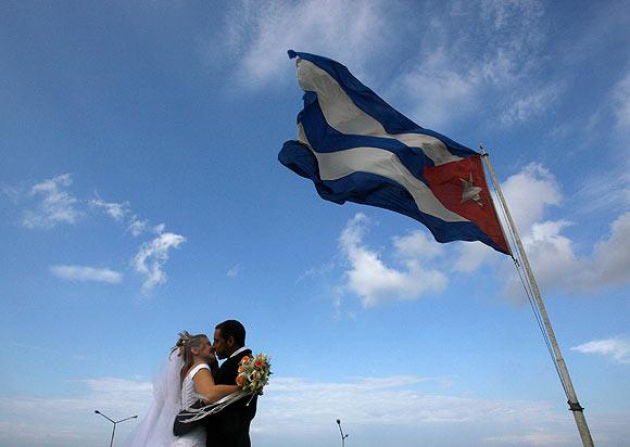 A Cuban groom kisses
